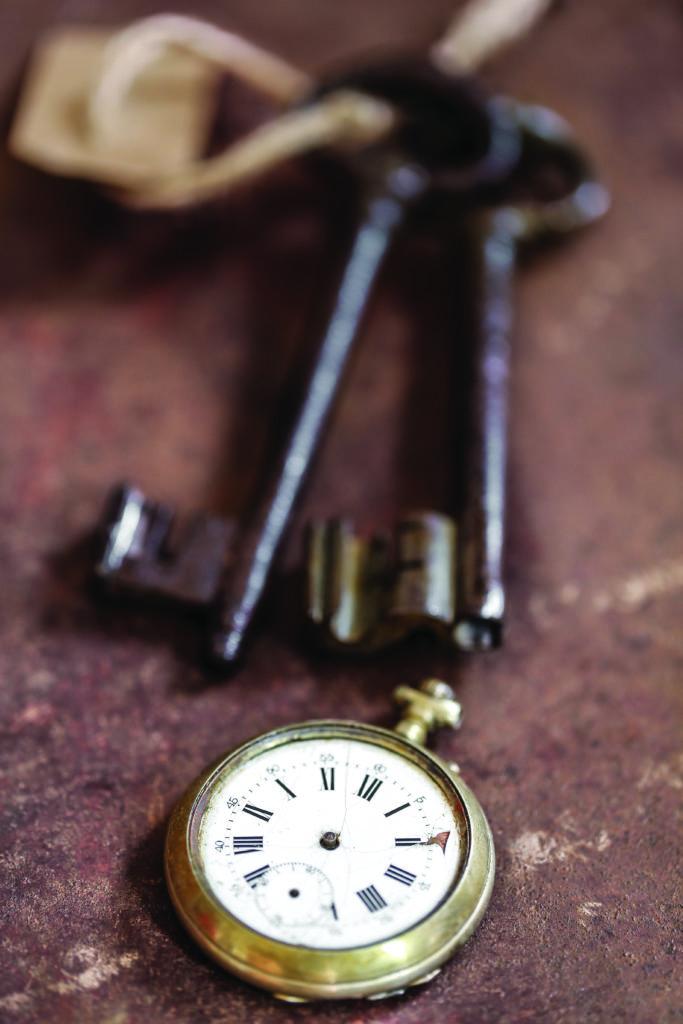 clé anciennes et montre gousset sur fond rouillé 2